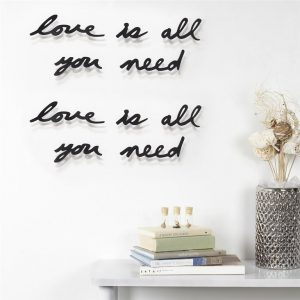 umbra-mantra-love-is-all-you-need-wanddecoratie