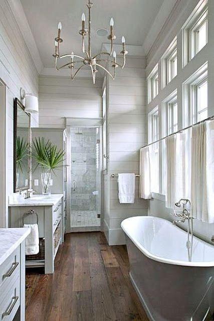 De natuur in je badkamer met houtlook tegels en planten | Furnlovers.nl