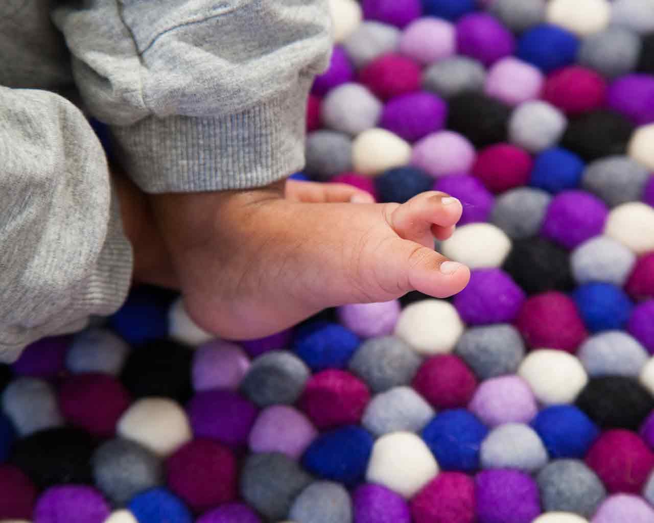 voeten-baby-witte-vilten-ballen